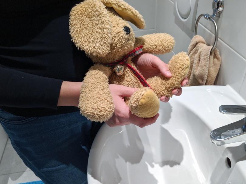 Windelfrei: Abhalten über dem Waschbecken, (c) Windelfreibaby