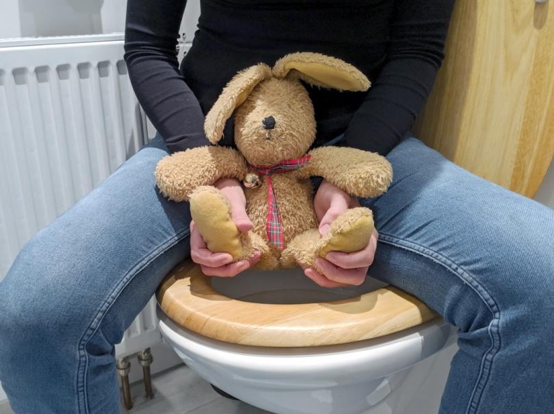 Windelfrei: Abhalten über der Toilette, (c) Windelfreibaby